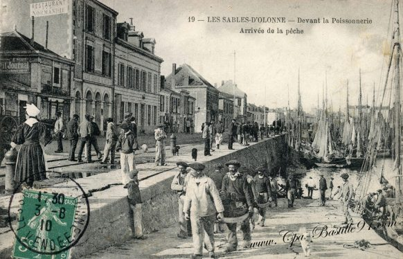 Carte Postale Ancienne - Les Sables-d'Olonne - Devant la Poissonnerie- Arrivée de la Pêche
