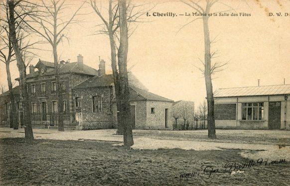 Carte Postale Ancienne de Chevilly - La Mairie et la Salle des Fêtes