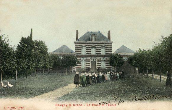 Carte Postale Ancienne d'Essigny-le-Grand - La Place et l'école