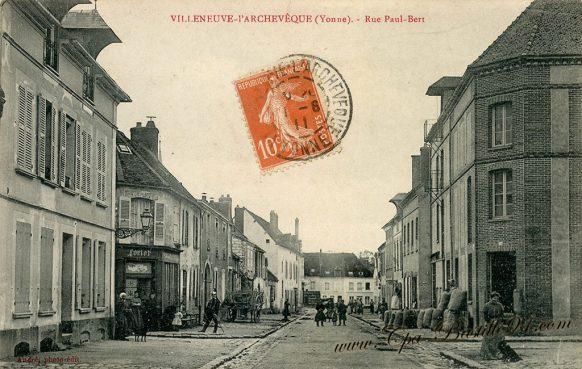 Carte Postale Ancienne de Villeneuve - l'Archevêque rue Paul Bert