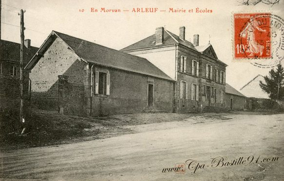 Carte Postale Ancienne de la mairie et écoles de Arleuf en Morvan