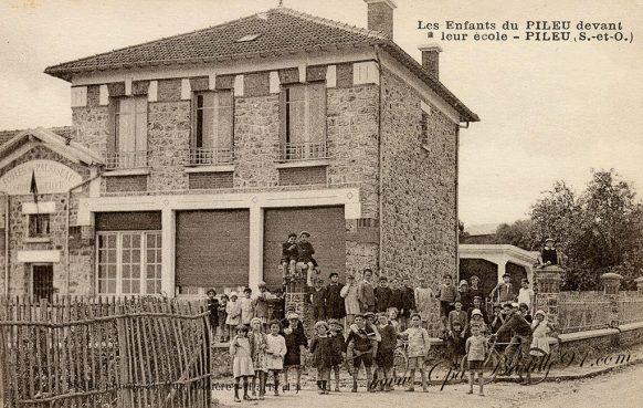 Carte Postale Ancienne des enfants du Pileu devant leur école