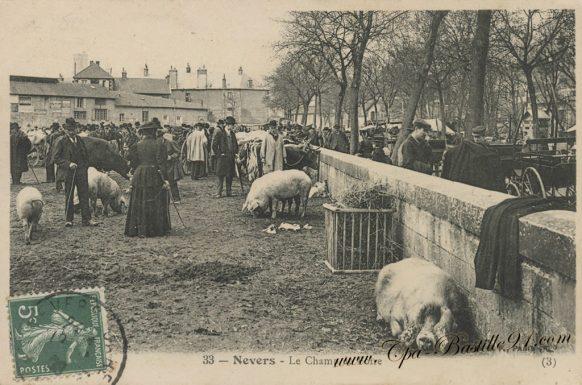 Carte Postale Ancienne de Nevers - Le Champ de foire