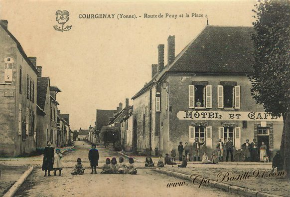 Carte Postale Ancienne de Courgenay - La route de Pouy et la place