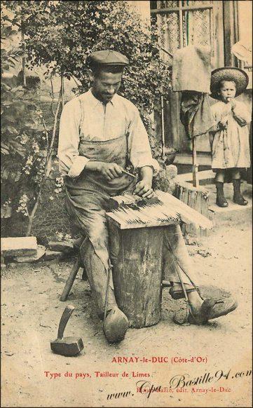 Carte Postale Ancienne de Arnay-le-Duc - Type du pays - Un tailleur de Limes