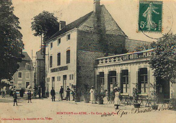 Carte Postale Ancienne de Montigny-sur-Aube - Un coin de la place