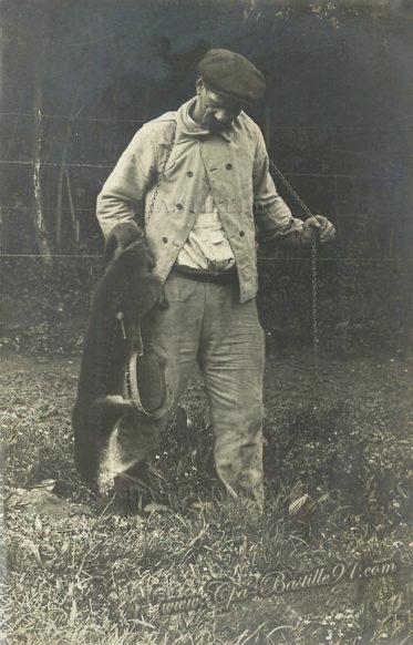 Carte postale photo d'un Piégeur de loutre en 1913 à Létanne